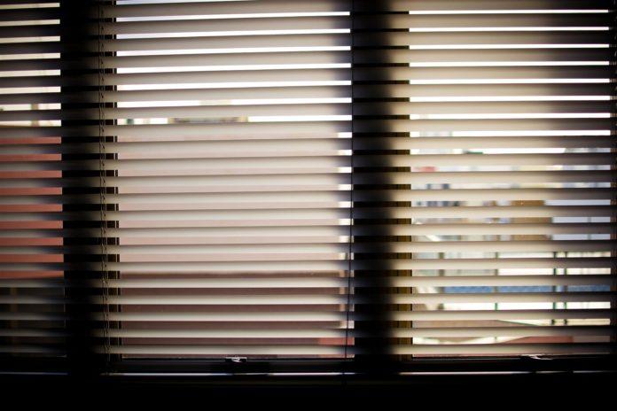 Plisowane rolety – niedroga aranżacja okna